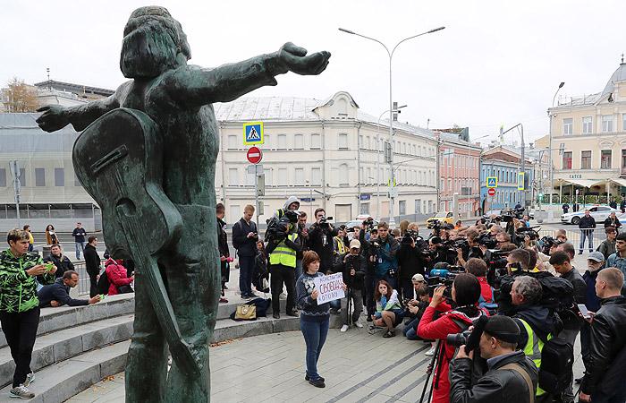 Оппозиционеры вышли на одиночные пикеты в Москве