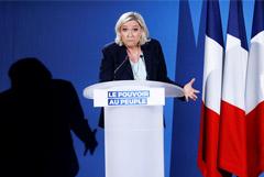 Марин Ле Пен назвала пародией на холодную войну нежелание ЕС видеть Россию в G8