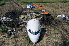 Кабину и хвост аварийно севшего в Подмосковье А321 убрали с кукурузного поля