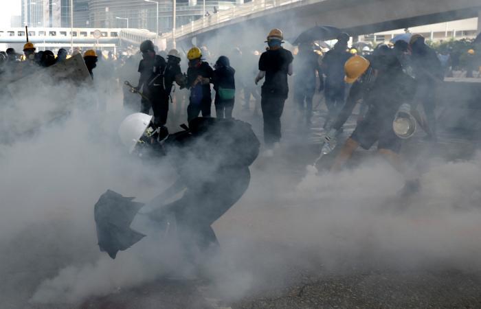 Полиция применила слезоточивый газ против протестующих в Гонконге