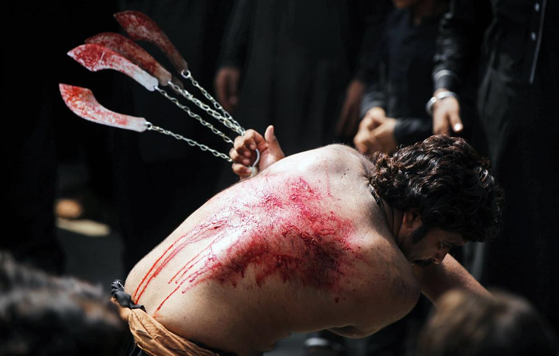 В пакистанском Лахоре в день Ашура сотни афганских мусульман-шиитов совершают кровавый обряд. Он заключается в истязании себя цепями и ножами, а также хождении по углям. Так шииты вспоминают в этот день о мученической смерти внука пророка Мухаммеда - имама Хусейна.