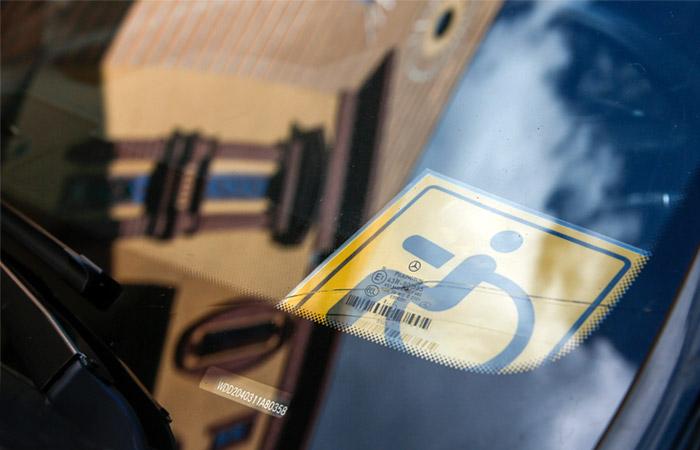 Минтруд предложил ограничить бесплатную парковку для инвалидов III группы
