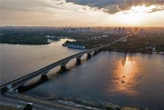 Неизвестный в Киеве открыл стрельбу и пригрозил подорвать Мост метро