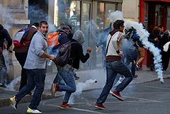 """Полиция применила слезоточивый газ против """"желтых жилетов"""" в Париже"""