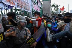 Более 300 человек пострадали в Джакарте во время акции против нового закона