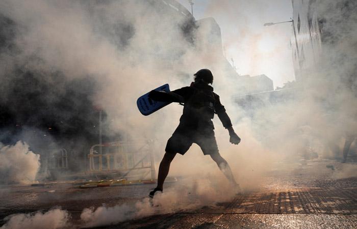 Полиция Гонконга впервые выстрелила в протестующего из боевого оружия