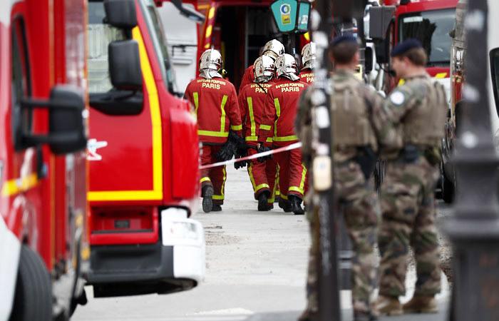"""Полицейский, убивший четырех коллег в Париже, перед этим """"слышал голоса"""""""