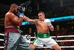 Украинский боксер Усик дебютировал с победой в супертяжелом весе