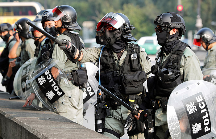 Патруль спецназа в гонконгском районе Тай По во время акции протеста