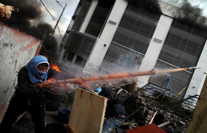 Президент Эквадора приказал армии занять улицы Кито