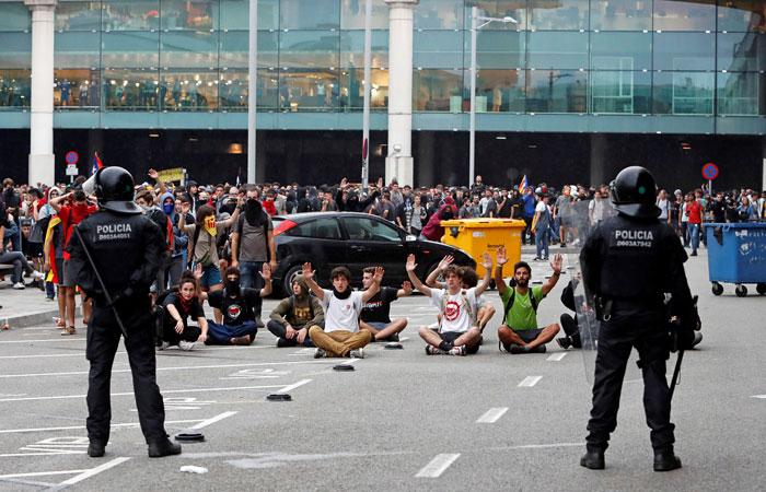 Аэропорт Барселоны отменил полсотни рейсов из-за протестов
