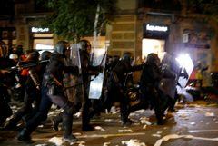 Манифестанты в Барселоне забросали полицейских туалетной бумагой