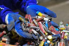 Минприроды решило запретить выбрасывать батарейки с другим мусором