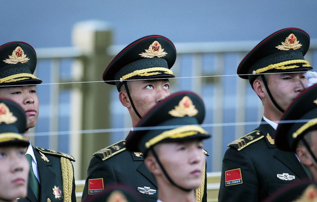 Члены почетного караула Народно-освободительной армии Китая готовятся к церемонии приветствия в Большом зале народных собраний в Пекине