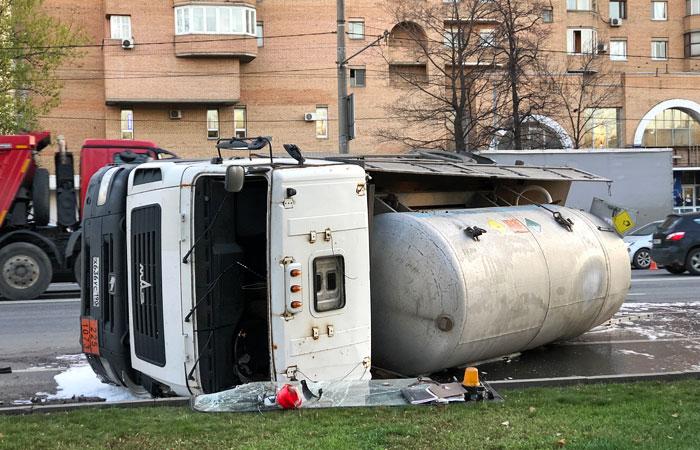 Движение на Волгоградском проспекте парализовано из-за ДТП с грузовиком