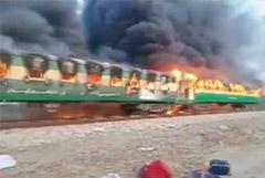 В Пакистане десятки людей погибли при пожаре в пассажирском поезде