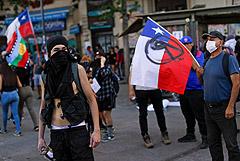 Марш памяти о погибших в беспорядках в столице Чили собрал около 20 тыс. человек