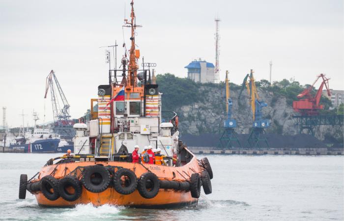 Тела двоих погибших подняли из воды после взрыва на танкере в порту Находки