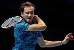 Медведев проиграл Циципасу в первом матче Итогового турнира ATP