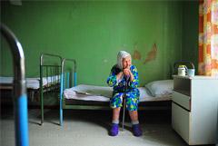 Минтруд опроверг финансирование ухода за пожилыми людьми в частных клиниках за счет ОМС