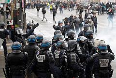 """В Париже задержаны 24 человека в годовщину первых акций """"желтых жилетов"""""""