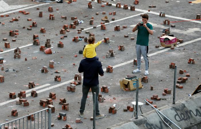 Китайские военные подключились к уборке улиц в Гонконге после беспорядков
