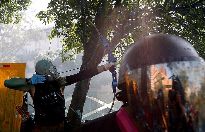 В Гонконге в ходе протестов полицейского ранили стрелой