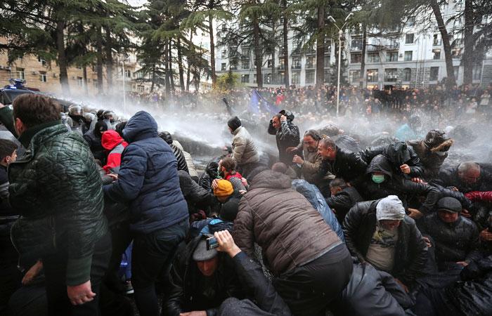 Акцию протеста у парламента Грузии разогнали с применением водометов