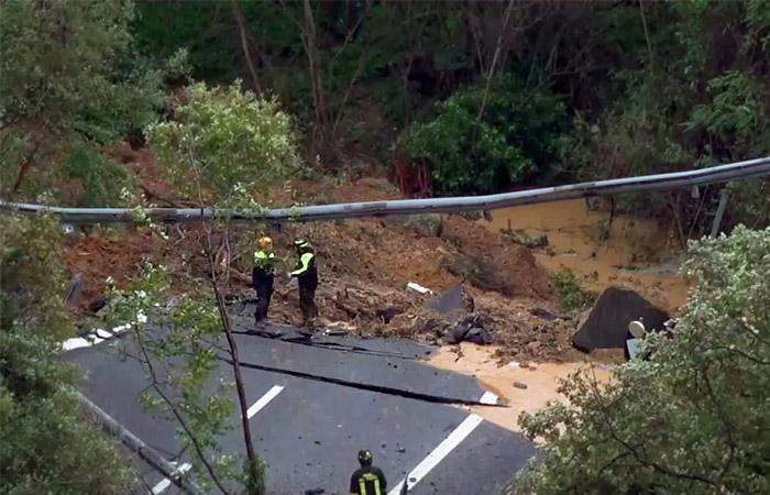 В Италии из-за наводнения рухнул участок эстакады