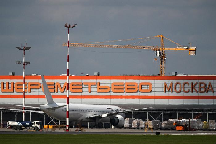"""Самолет не смог вылететь из """"Шереметьево"""" во Владивосток из-за задымления в двигателе"""