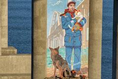 На опоре Крымского моста появился портрет строителя с котом Мостиком и псом Цыганом