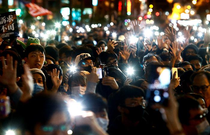 Новая акция протеста в Гонконге собрала сотни тысяч участников