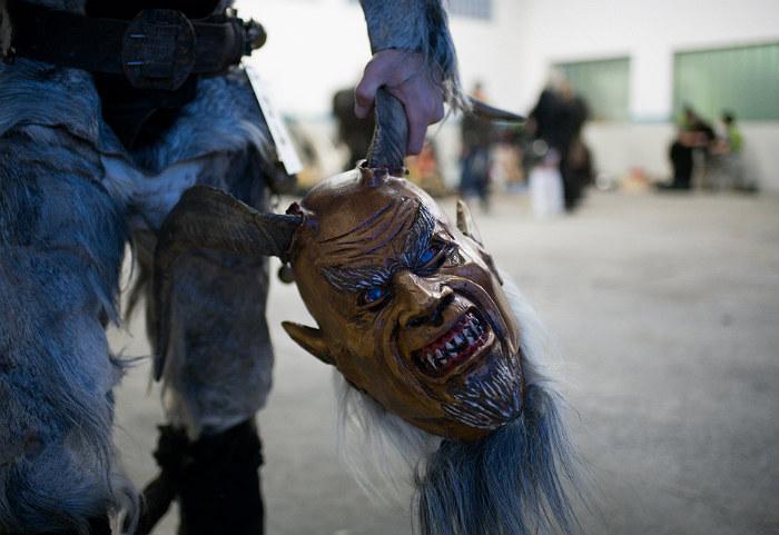 Альпийская рождественская традиция переодевания в рогатых монстров заинтересовала полицию