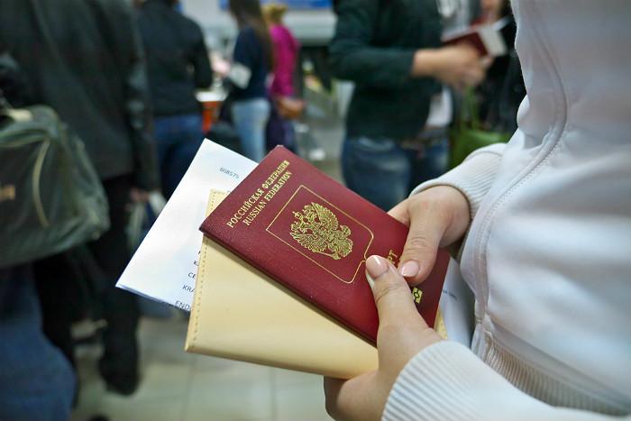 Приставы назвали число россиян, которым закрыт выезд из-за долгов