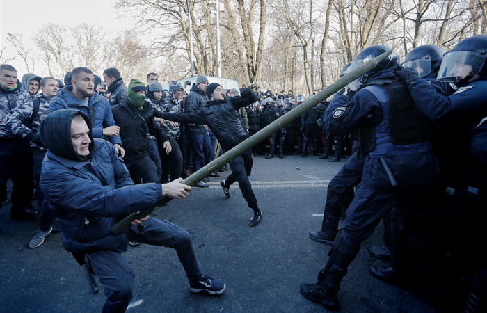 В Киеве двое полицейских госпитализированы после стычки у здания Рады