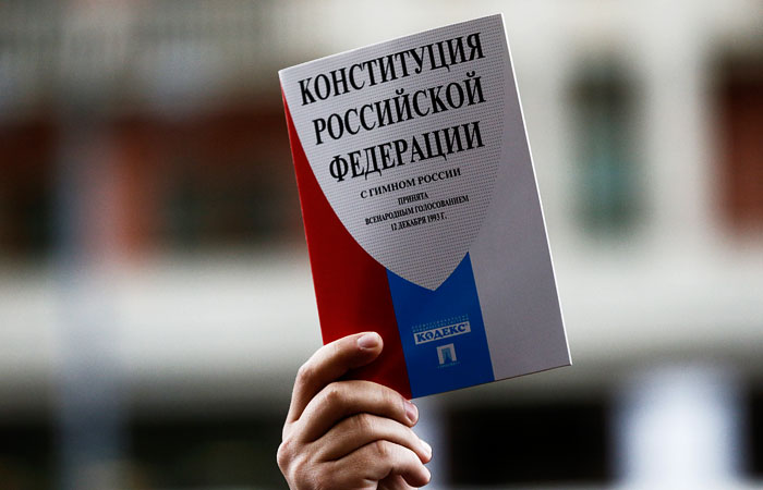 """Президент РФ снова согласился изъять из Конституции слово """"подряд"""""""