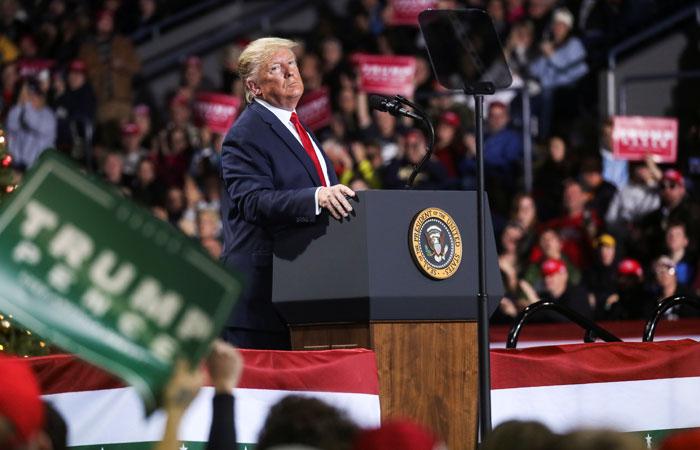 Трампу объявлен импичмент, но вероятность его отставки мала. Обобщение