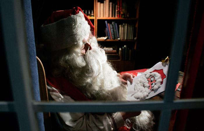 Санта-Клаус начал развозить подарки на Рождество и побывал в России