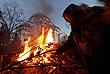 Белград. Сербия. Около храма Святого Саввы. Сжигание дубовых ветвей в Сочельник