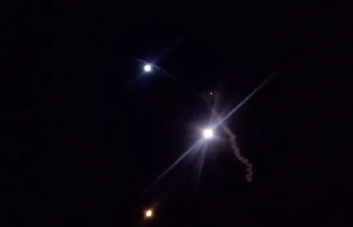 Ракеты, выпущенные из Ирана, по военной базе США в Аль-Асаде в Ираке. Фото с видео