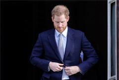 Лишившийся королевского титула принц Гарри покинул Великобританию