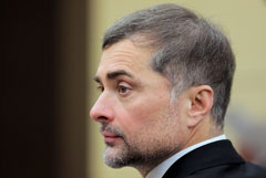 Песков заявил, что Сурков де-факто остается помощником президента
