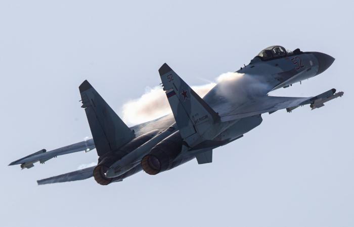 В Карелии прошли первые полеты эскадрильи новейших истребителей Су-35С