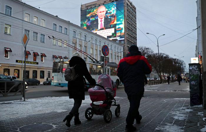 """Путин выступил против введения понятий """"родитель №1""""и """"родитель №2"""" в России"""
