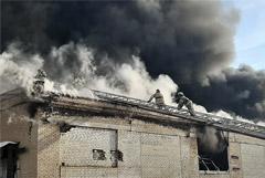 В Челябинске частично обрушился загоревшийся завод пластиковой посуды