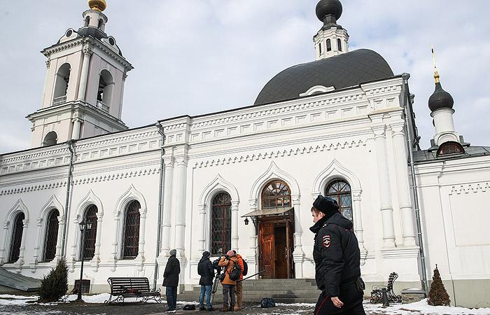 Мужчина напал с ножом на прихожан храма в центре Москвы