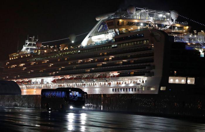 Пассажиров лайнера, стоящего на карантине в Японии, эвакуируют на родину