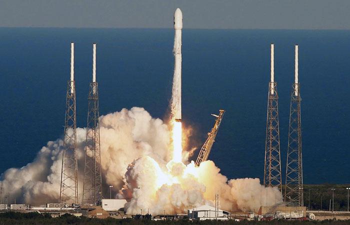 Первая ступень ракеты SpaceX упала мимо посадочной платформы в Атлантике