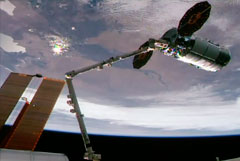 "Рука-манипулятор МКС ""поймала"" грузовой корабль США Cygnus над территорией России"