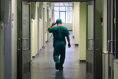 Главврача больницы в Петербурге уволили после побега четырех проверяемых на коронавирус